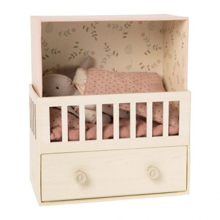 maileg-babykamer-met-konijntje-micro-poederroze