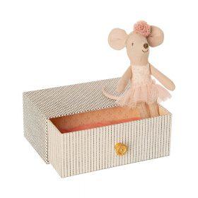 Maileg – Kleine Zus Muis – Dansende muis in Daybed