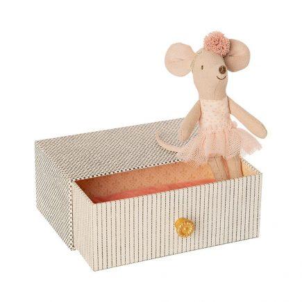 maileg-kleine-zus-muis-dansende-muis-in-daybed