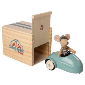 Maileg – Kleine Broer – Muis in auto met Garage – Blauw