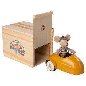 Maileg – Kleine Broer – Muis in auto met Garage – Geel